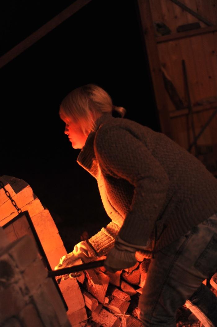 Kvinna bränner i keramikugn